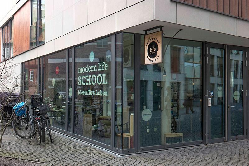 07-modern-life-school-pelle-buys