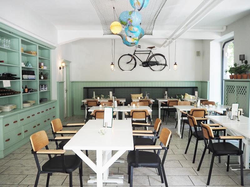Femtastics-Fetch-Judit-Hallmanns-Cafe