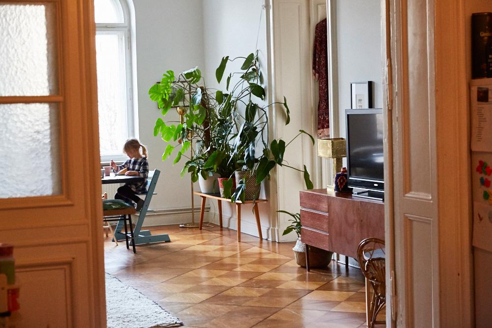 Femtastics-Ariane-Stippa-Wohnzimmer-Tisch