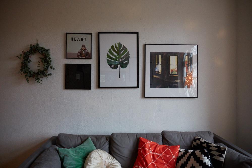 femtastics-Jessica-Baeumler-Wohnzimmer-Bilderwand