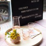 Gäste bekommen natürlich Wasser in rosafarbenen Gläsern.