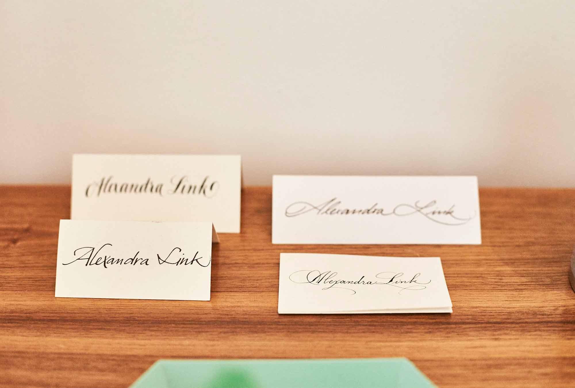 Von ihren Terminen hat Alexandra zahlreiche Tischkärtchen mit hübschem Handlettering mitgebracht.