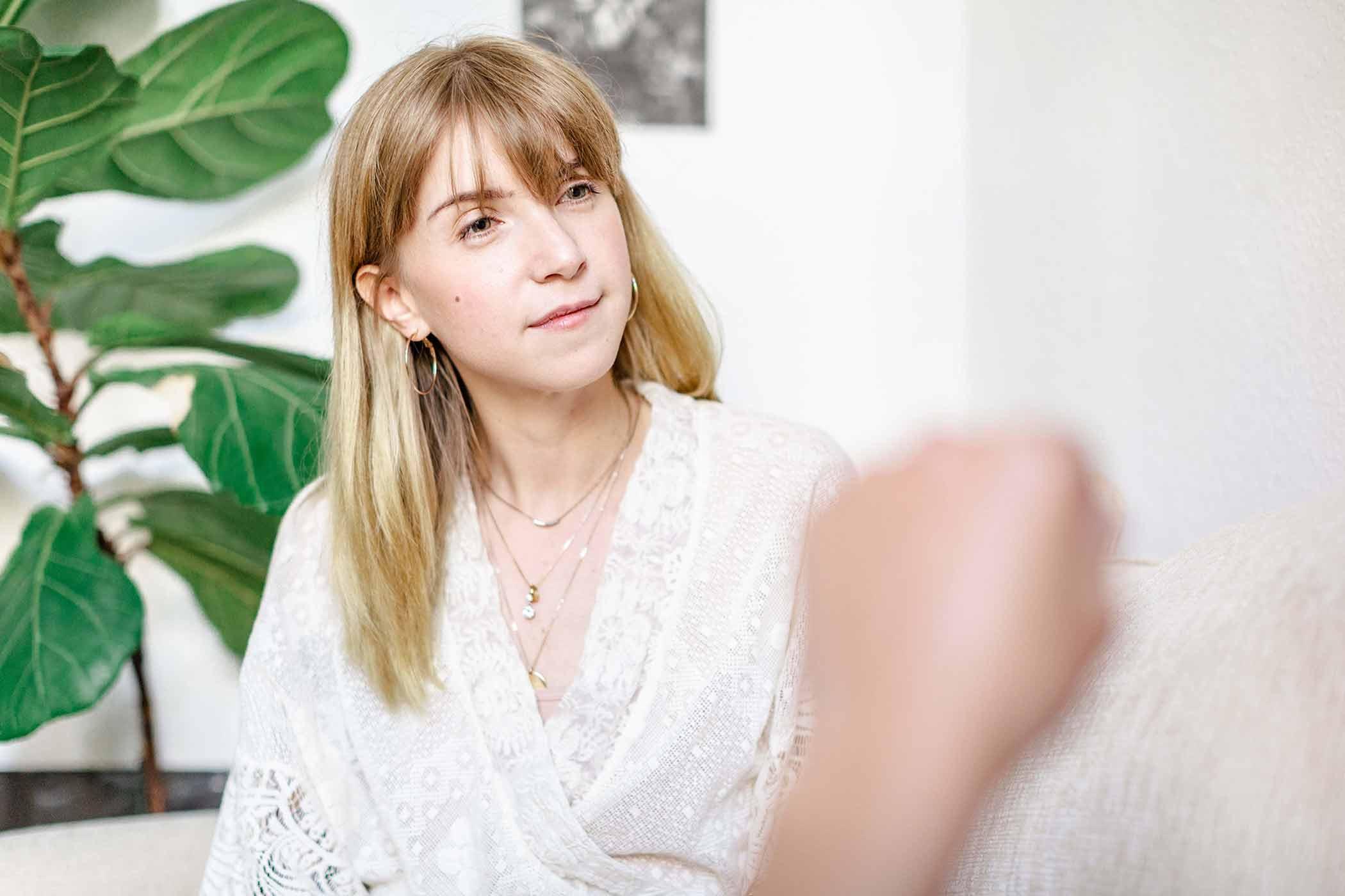 """Lori Haberkorn in ihrer Berliner """"Zwischenwohnung""""."""