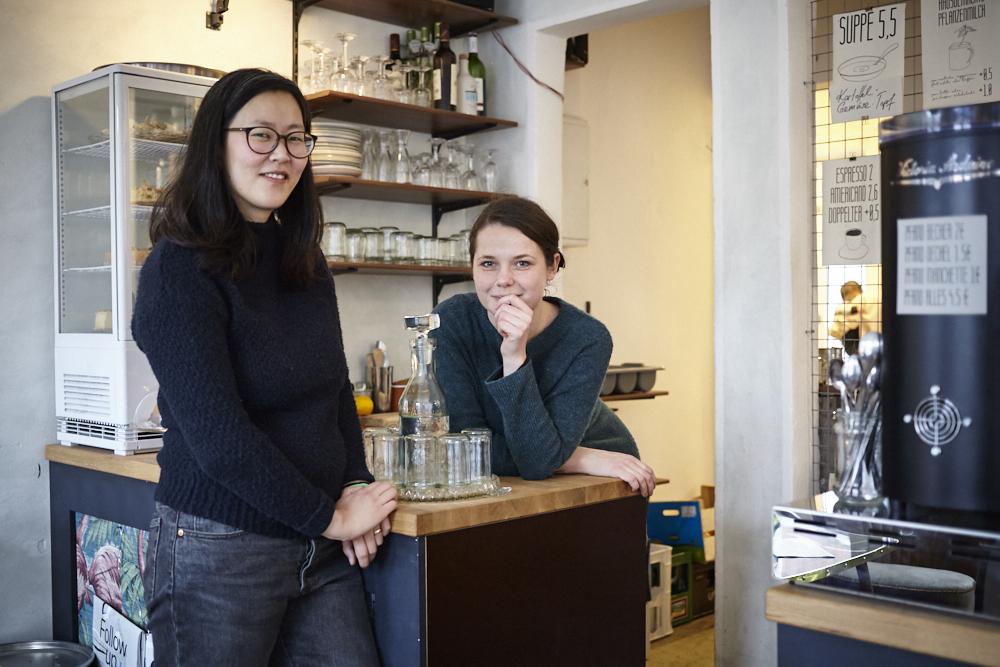 """Ina und Alana führen das erste Zero-Waste-Café in Deutschland namens """"In Guter Gesellschaft"""" in St. Pauli."""