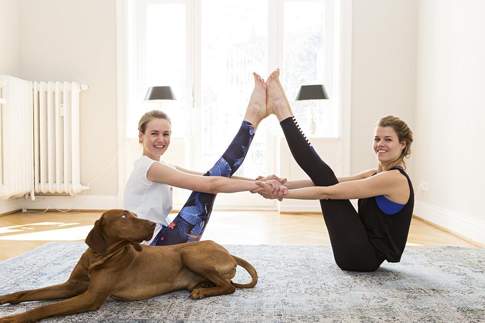 Die Schwestern Imke von Johnston und Janka Oeljeschlager sind echte Yogis und haben ihr eigenes Yoga-Business mit tollen