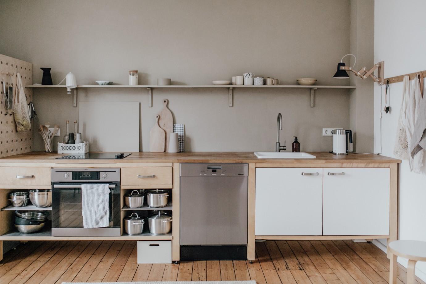 In der Küche von Swantje Hinrichsen wird die Trendfarbe Beige mit verschiedenen Materialien kombiniert. (Foto: Susanne Lüdeling)