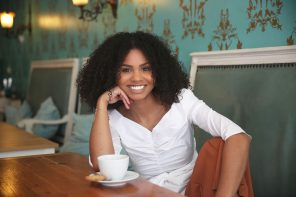 Abina Ntim treibt mit JONA die Natürliche Haarrevolution voran